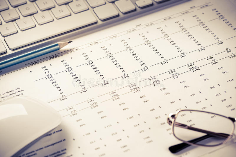 Förbereda den genomsnittliga försäljningsrapporten royaltyfri fotografi