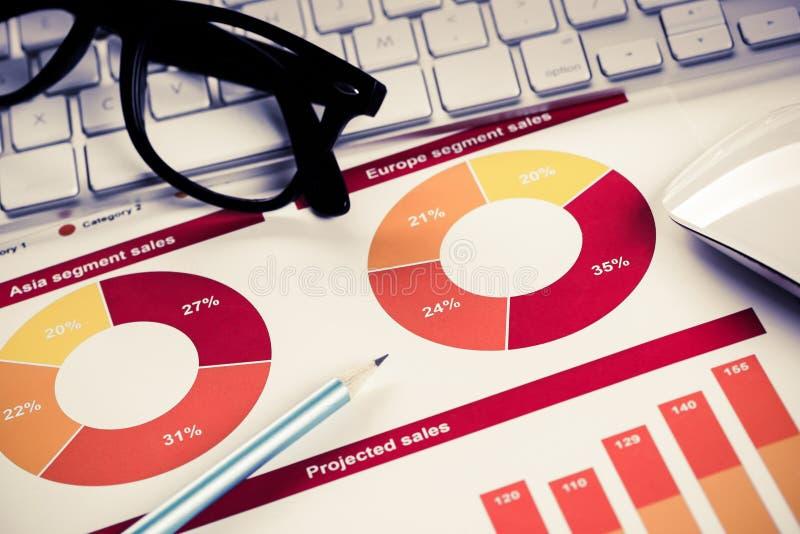 Förbereda den genomsnittliga försäljningsrapporten royaltyfri bild
