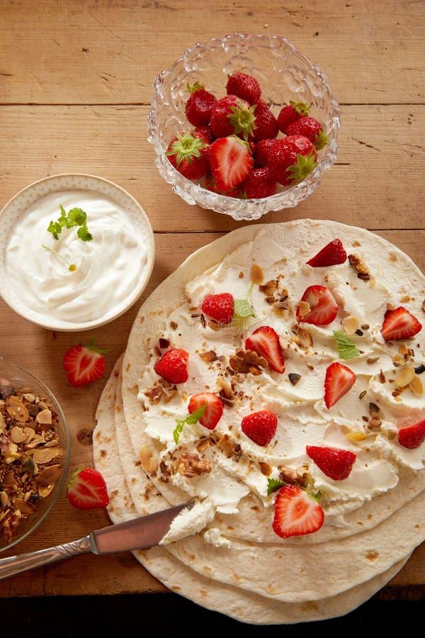 Förbereda den nya jordgubben och kräm- sjalar arkivbilder