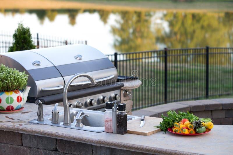 Förbereda ett sunt mål i ett utomhus- kök arkivfoto
