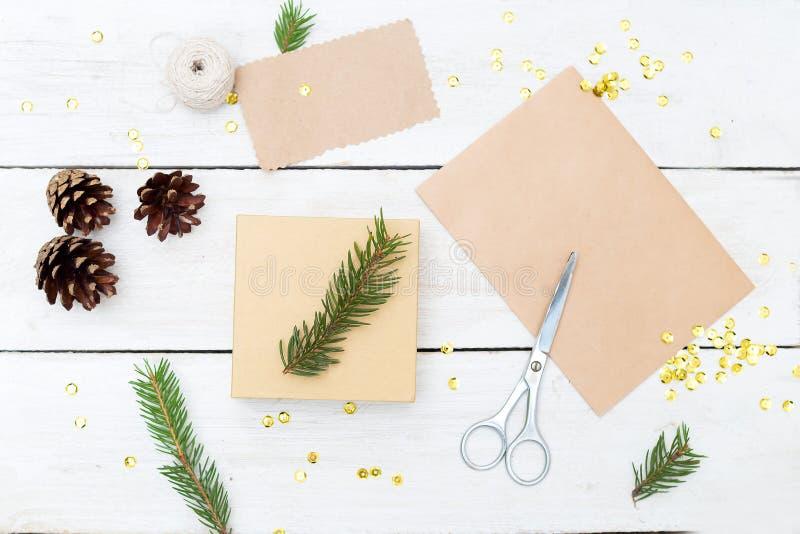 Förbereda gåvor för jul och en gåvaask på en träbackgro royaltyfria bilder