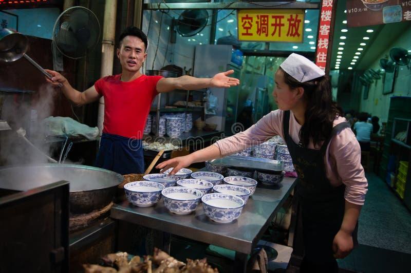 Förbereda mat på gatan royaltyfri foto