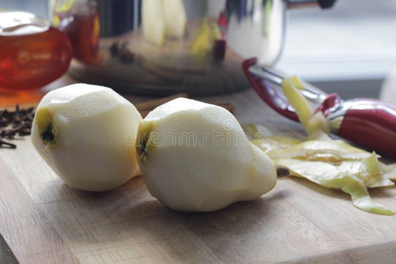 Förbereda päron för att tjuvjaga royaltyfri foto