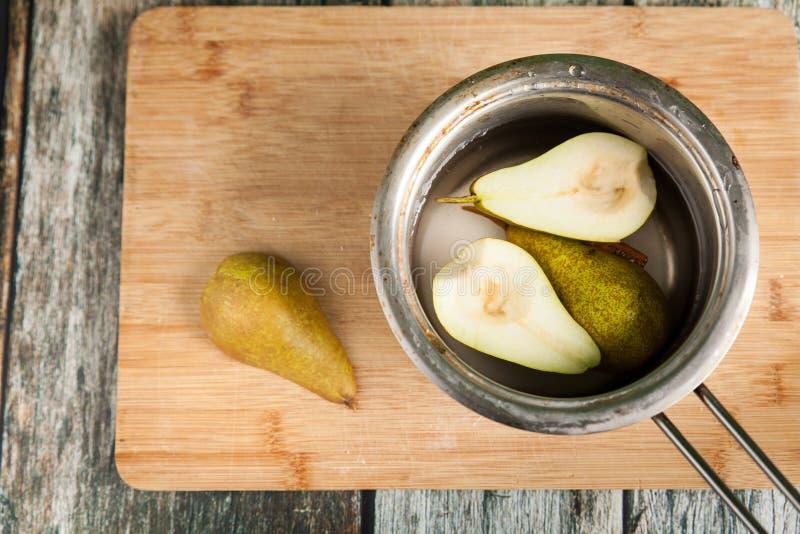 Förbereda päron på smördeg royaltyfria foton