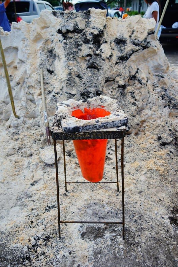 Förbereda sandpåsen för flodskydd fotografering för bildbyråer