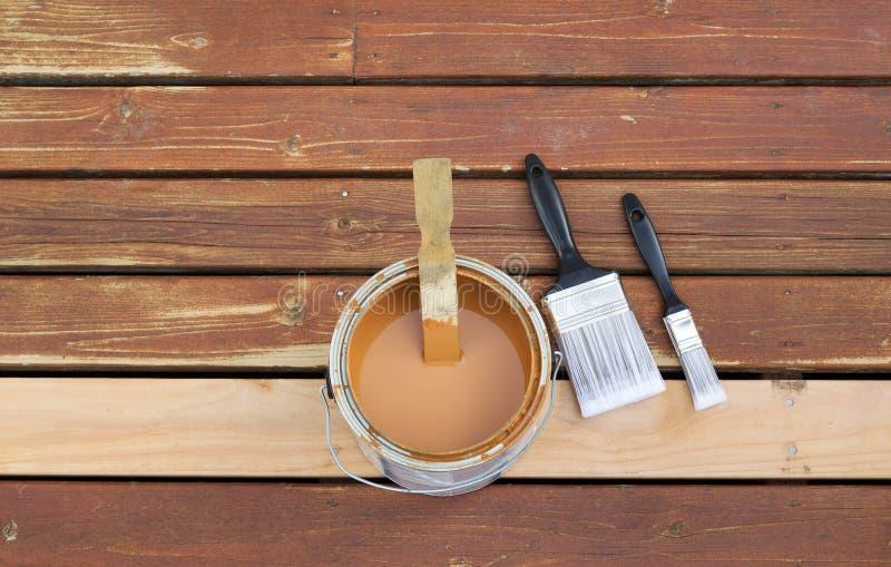Förbereda sig att befläcka det träutomhus- däcket arkivfoto