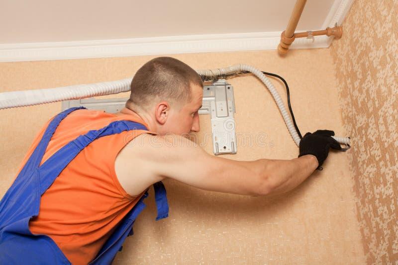 Förbereda sig att installera den nya luftkonditioneringsapparaten royaltyfri bild