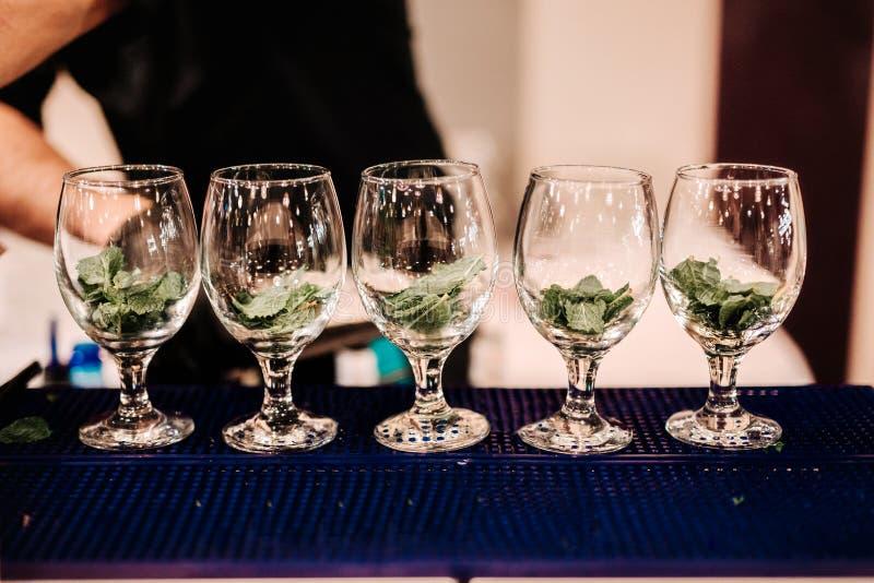 Förbereda sig av uppfriskningcoctailen med mintkaramellen och is Den Mojito drinken tj?nade som p? st?ngen, baren eller restauran fotografering för bildbyråer
