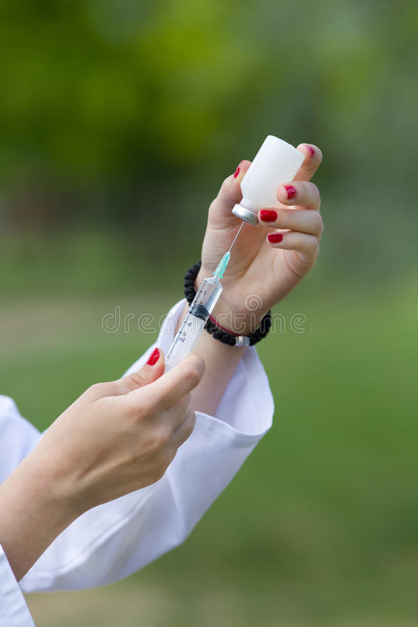 förbereda sig för injektion arkivfoton
