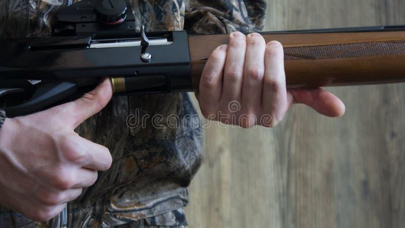 Förbereda sig för jakten Förberedelse för vår- eller höstjakt arkivbilder