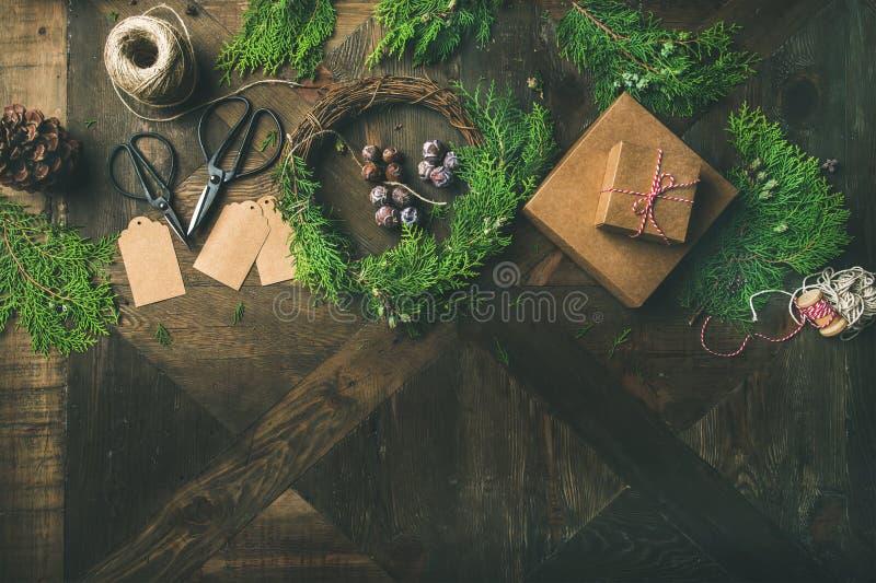 Förbereda sig för jul eller nytt år Flatlay av feriegarneringar fotografering för bildbyråer