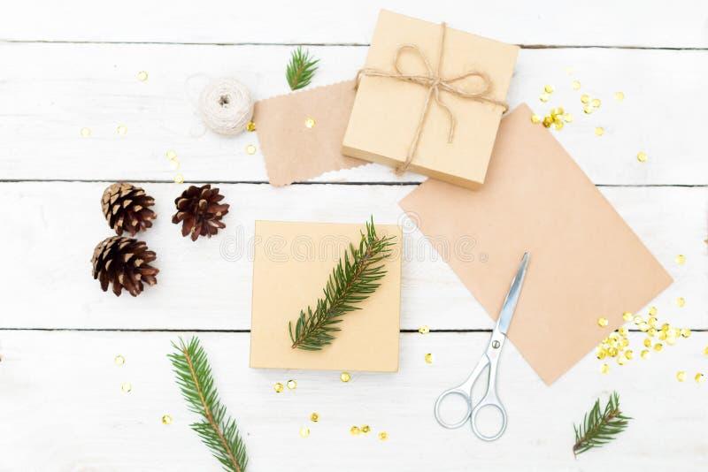 Förbereda sig för jul och en gåvaask på träwi för en bakgrund arkivfoton