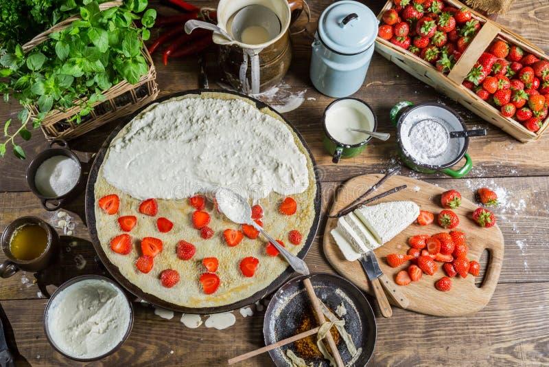 Förbereda sig för pannkakor med jordgubben royaltyfri bild