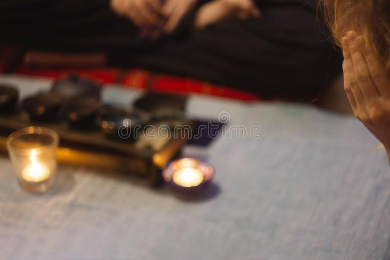 Förbereda sig till kinesisk teceremoni med tekannan arkivbild