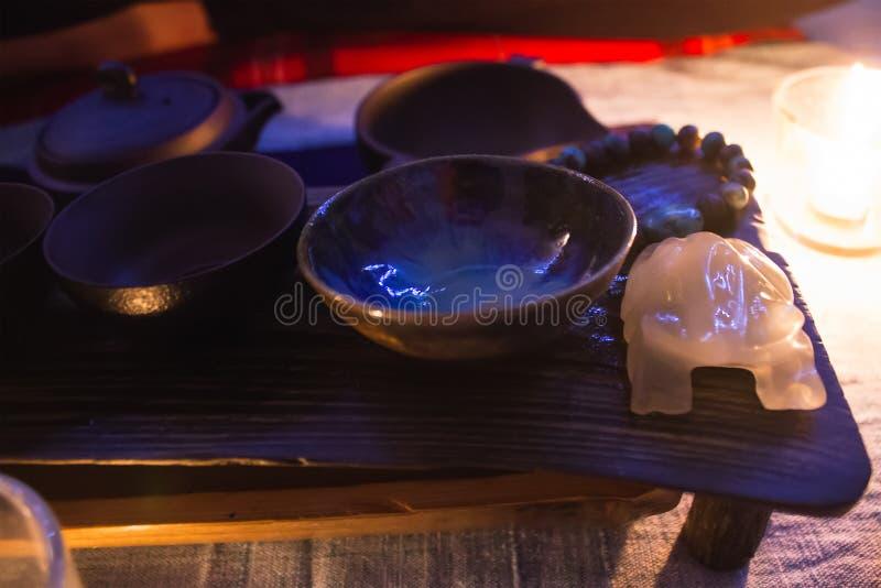 Förbereda sig till kinesisk teceremoni med tekannan royaltyfri fotografi