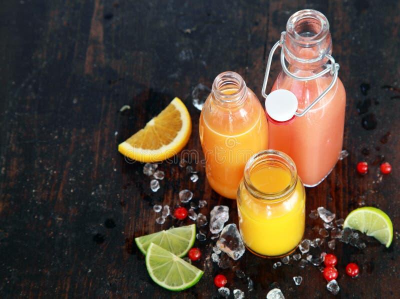 Förbereda smakliga sunda sommarfruktfruktsafter royaltyfri foto
