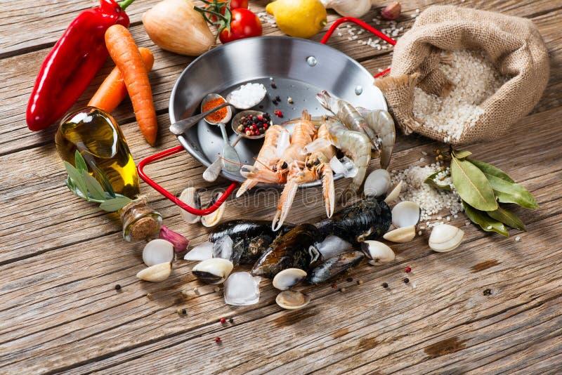 Förbereda spansk paella med skaldjur royaltyfria bilder