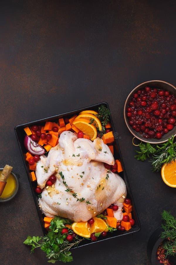 Förbereda stekmatställen med rå fega tranbär och orange skivor arkivbild