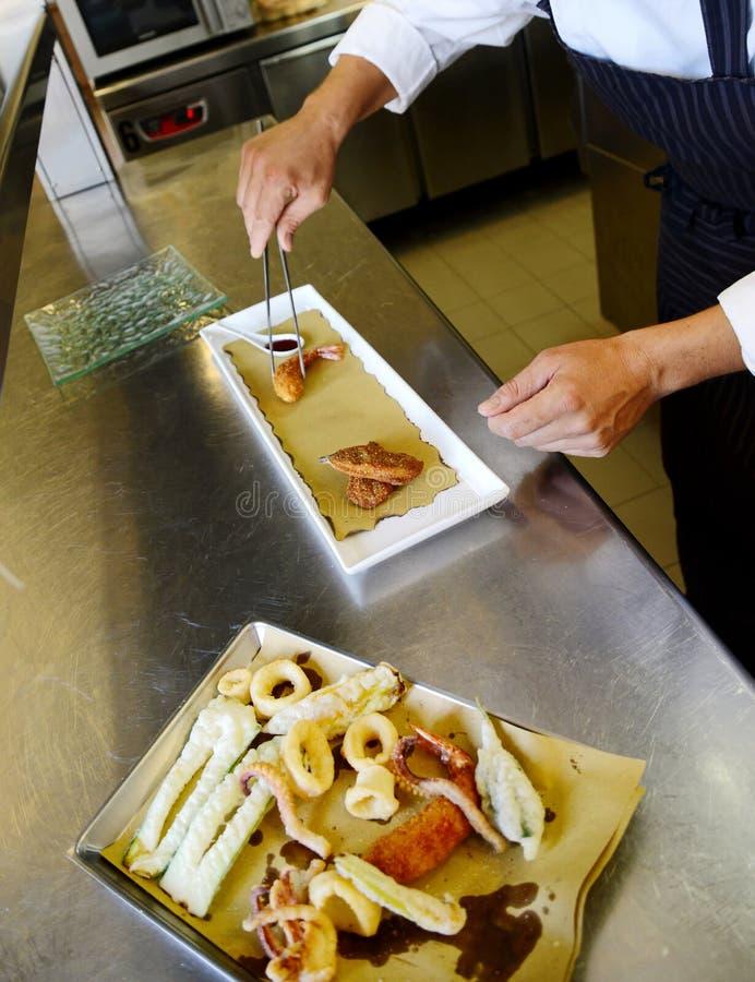 Förbereda tempurafisken i italiensk stil royaltyfri bild
