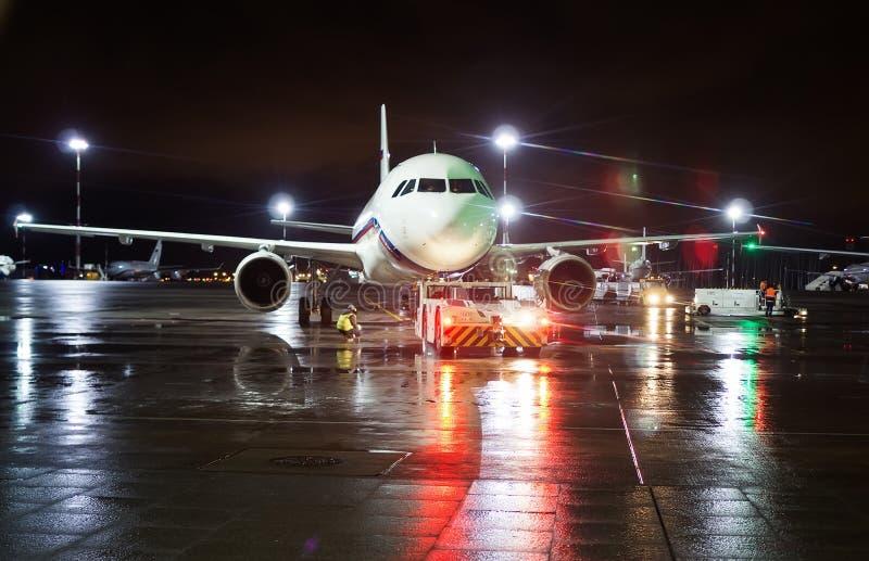 Förberedd jordbesättning flygplanet för tagande-av arkivfoto