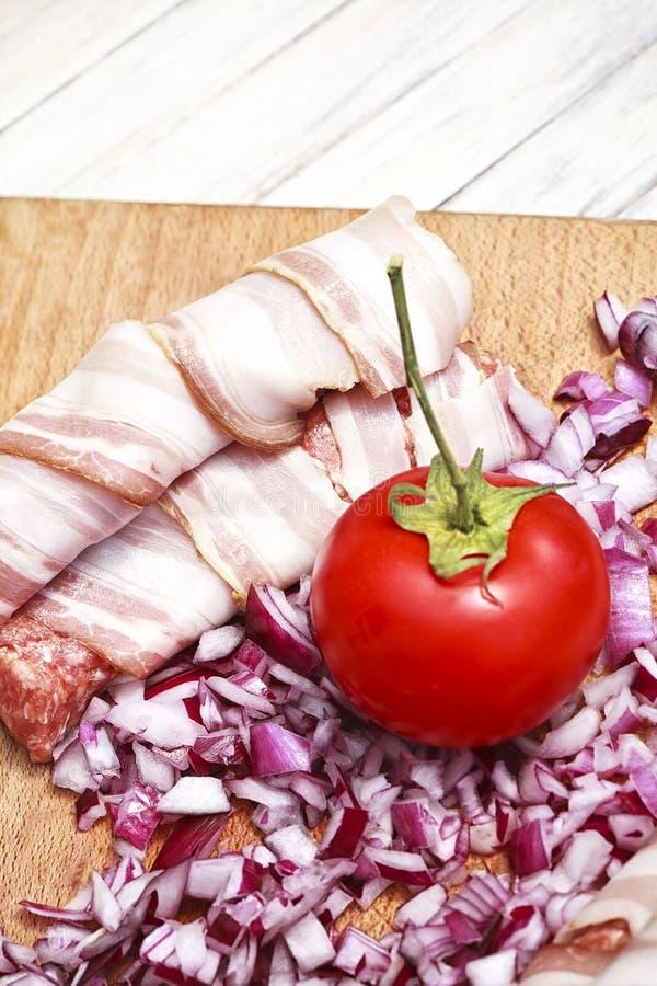 Förberedd kött- och bacongrillfest royaltyfri foto