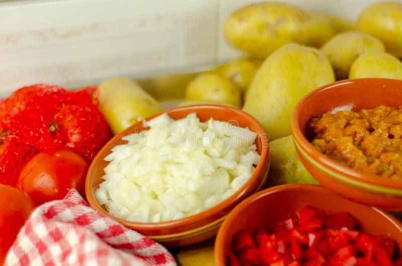 Förberedda nya ingredienser för att laga mat gulasch med chorizosaus arkivfoto