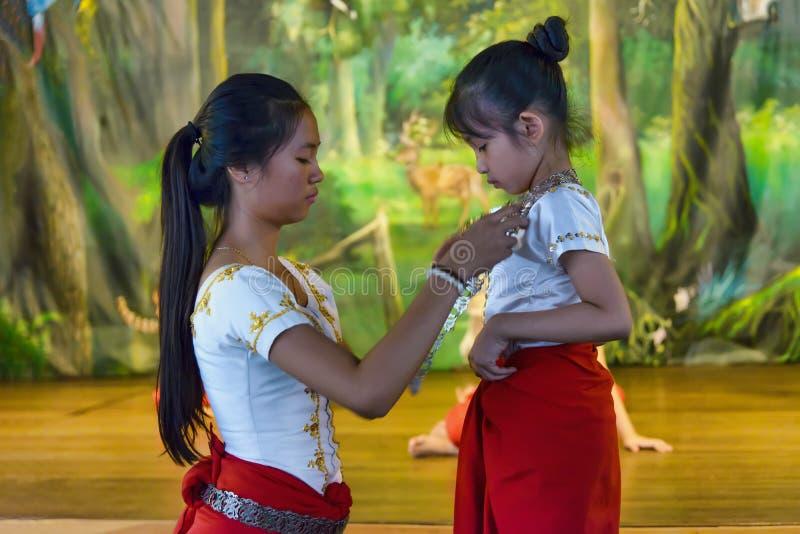 Förberedelse av dansdräkten i den Champey akademin av konst, Cambodja royaltyfri foto