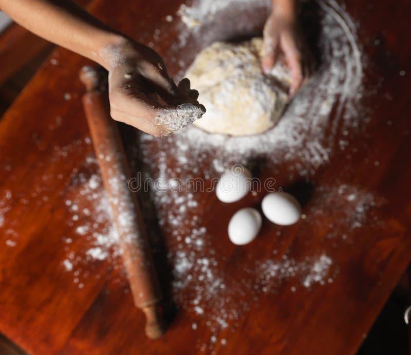 Förberedelse av deg för ny handgjord pasta arkivfoto