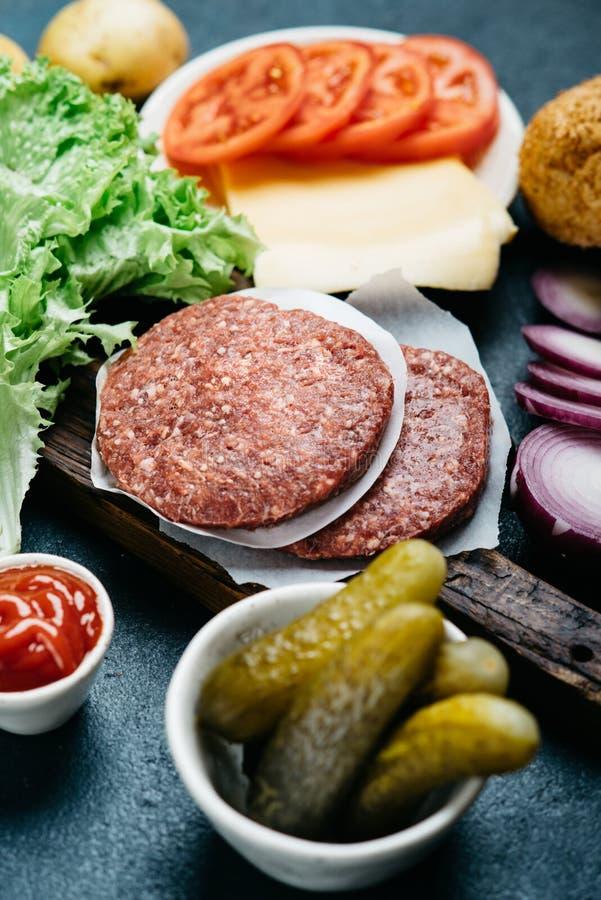 Förberedelse av den hemlagade hamburgaren fotografering för bildbyråer
