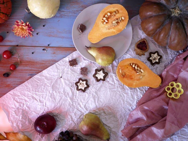 Förberedelse av den pumpa-, frukt- och chokladefterrätten för en festlig säsongsbetonad matställe arkivfoto