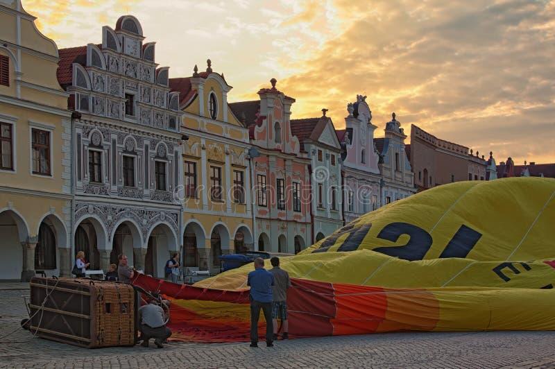 Förberedelse av en ballong för varm luft för flyg i den huvudsakliga fyrkanten av staden Telc arkivbilder