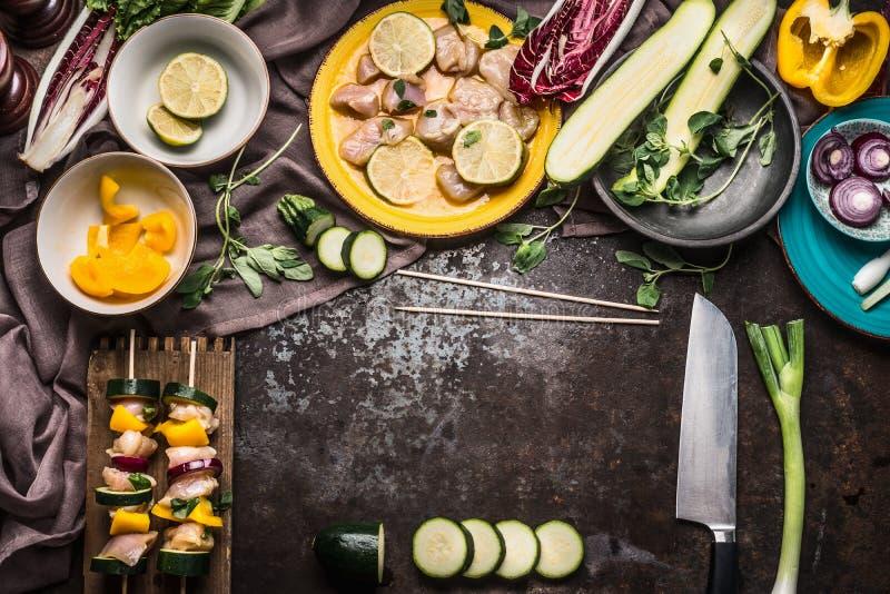 Förberedelse av fega hemlagade steknålar med grönsaker för galler på lantlig bakgrund med nya ingredienser arkivbilder