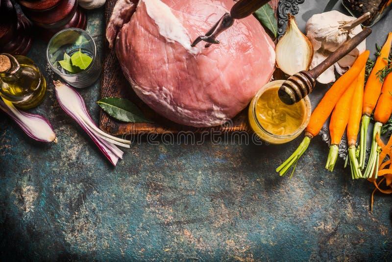 Förberedelse av grisköttskinkakött med Honey Mustard Glaze och ingredienser på mörk lantlig bakgrund, bästa sikt arkivfoto