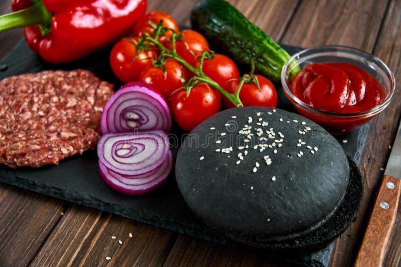 Förberedelse av hamburgaren royaltyfri foto