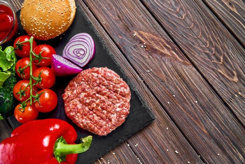 Förberedelse av hamburgaren royaltyfria bilder