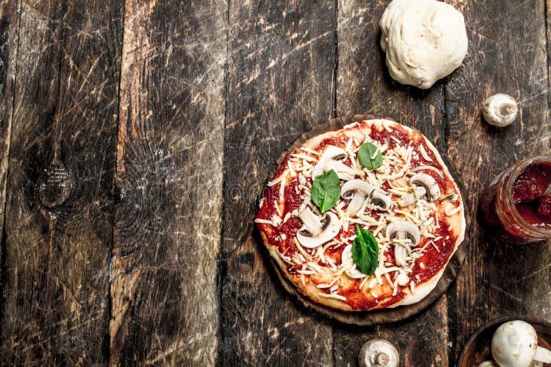Förberedelse av pizza med naturliga ingredienser arkivfoton
