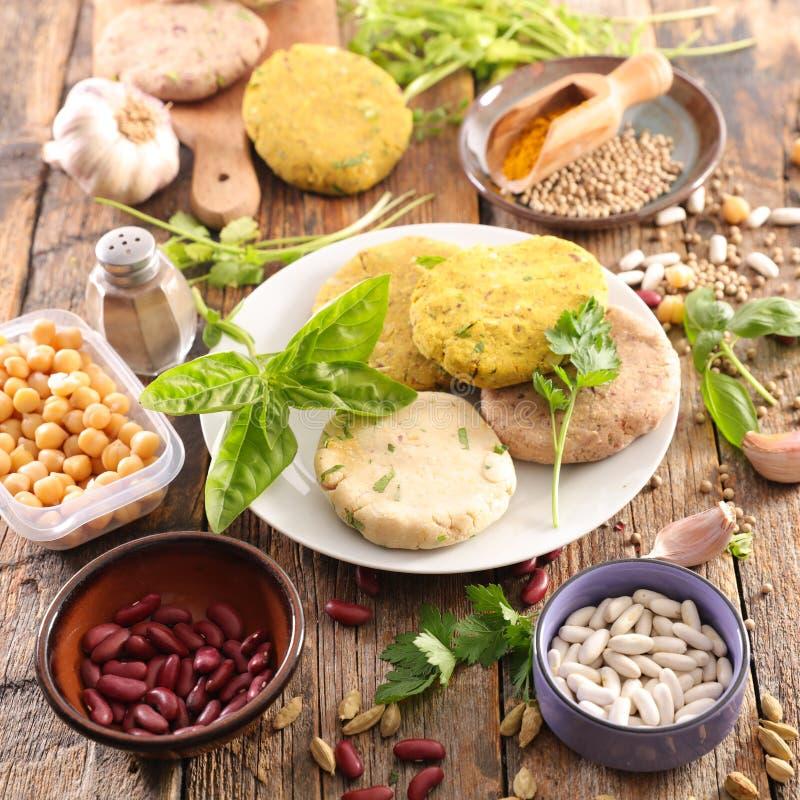 Förberedelse av strikt vegetarianhamburgaren royaltyfri foto