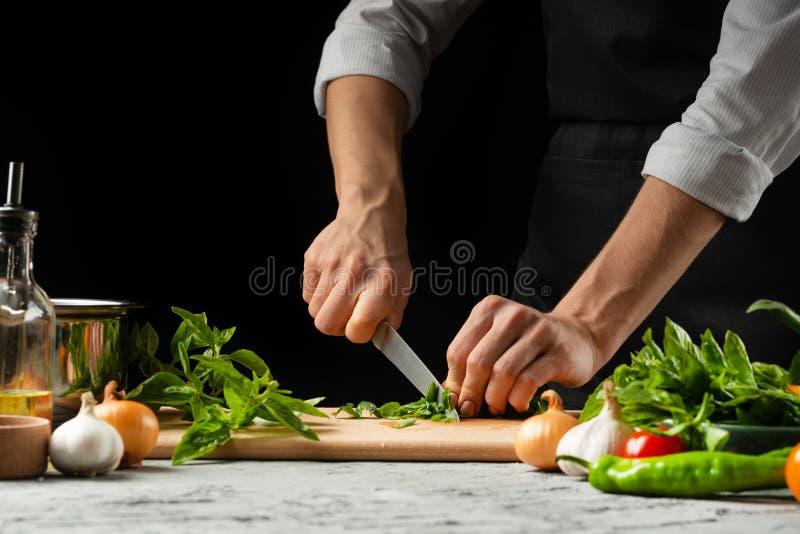 Förberedelse av tomatsås vid händerna av kocken, moment processen i köket på en svart bakgrundskopia texten av arkivfoton