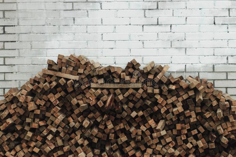 Förberedelse av vedträt för vintern vedträbakgrund, buntar av vedträ i skogen royaltyfria foton
