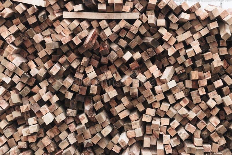 Förberedelse av vedträt för vintern vedträbakgrund, buntar av vedträ i skogen arkivfoto