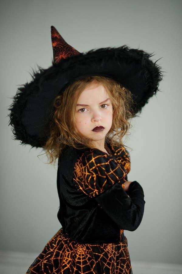 Förberedelse för allhelgonaafton Den gulliga flickan 8-9 år avbildar in den onda fen royaltyfri bild