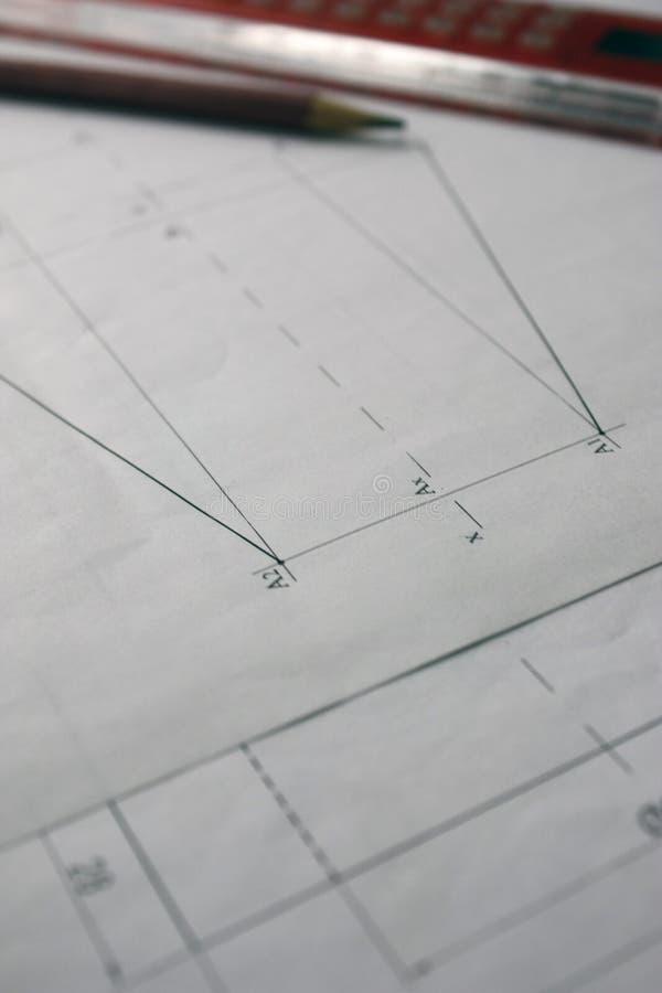 Förberedelse för att formulera dokument, teckningar, hjälpmedel och diagram på tabellen royaltyfria bilder