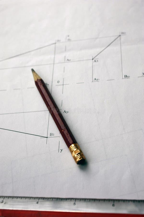 Förberedelse för att formulera dokument, teckningar, hjälpmedel och diagram på tabellen arkivbild