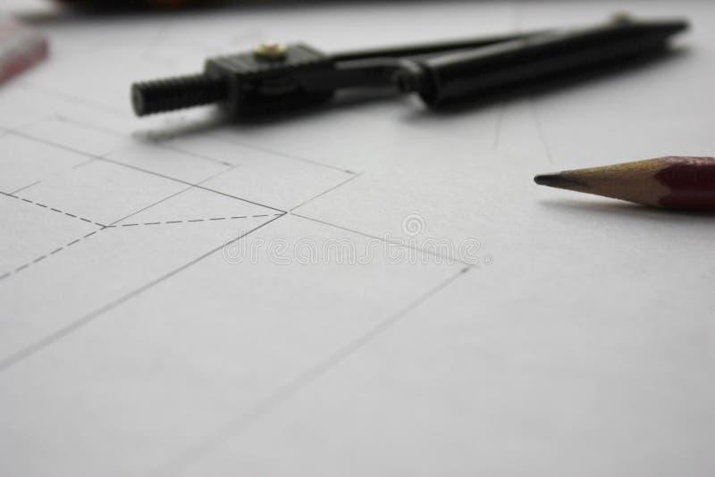 Förberedelse för att formulera dokument, teckningar, hjälpmedel och diagram på tabellen royaltyfria foton