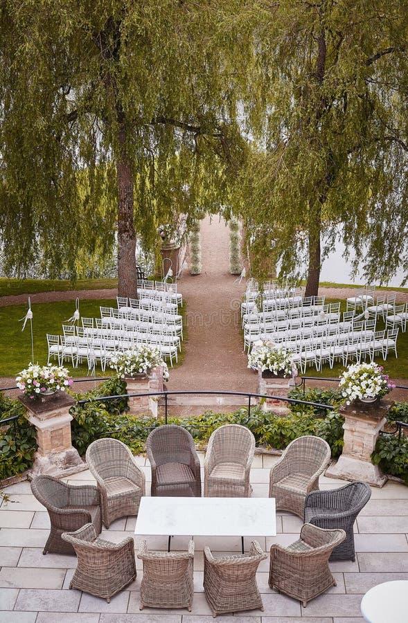 Förberedelse för den utomhus- near sjön för bröllopceremoni royaltyfri bild