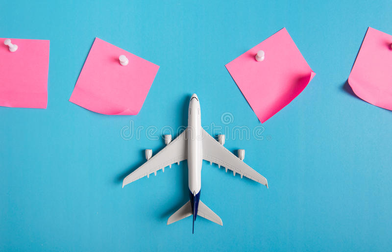 Förberedelse för det resande begreppet, pappers- noterat, flygplan, pushstift arkivbilder