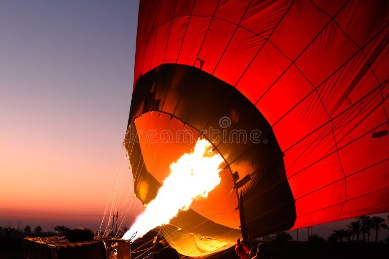 Förberedelse för flyget av en ballong för varm luft i Egypten royaltyfri bild