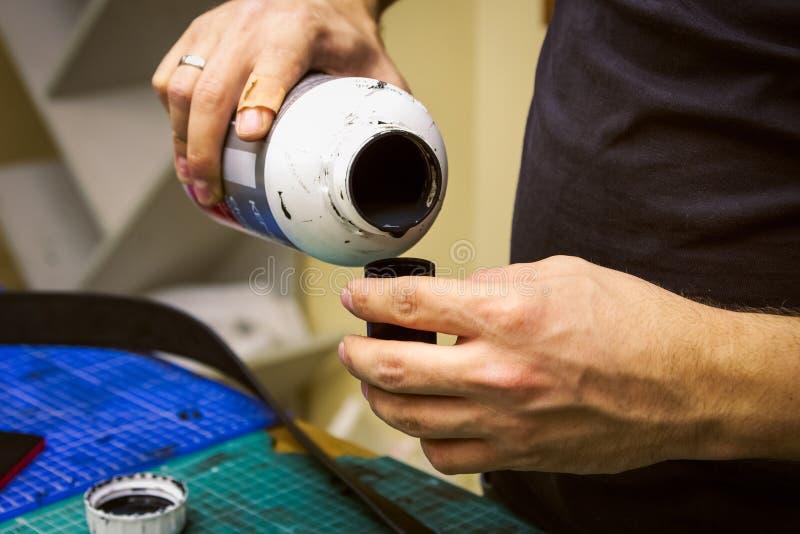 Förberedelse för läderseminariumcolorant arkivfoto