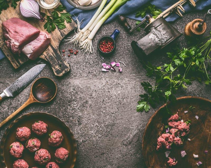 Förberedelse för matlagning för mål för köttbollar med matlagningskeden, kökhjälpmedel och smaktillsats arkivbild