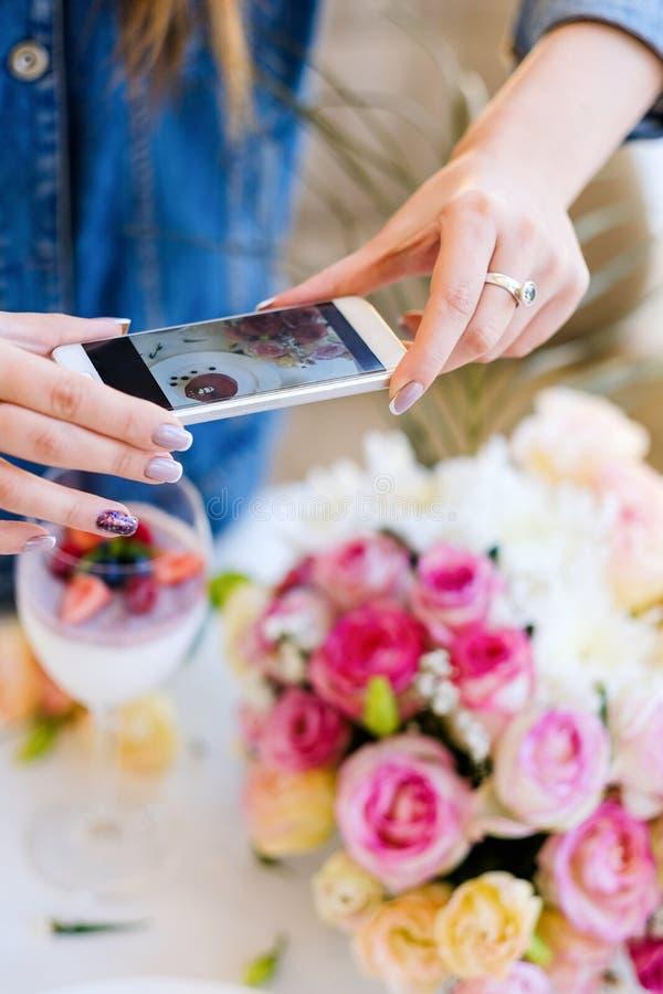 Förberedelse för parti för foto för kvinnabloggersmartphone arkivbilder